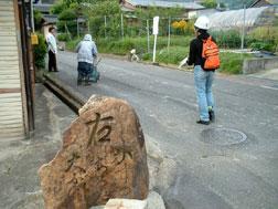 写真:白毫寺町の道しるべ 入江もここの写真を撮っている。